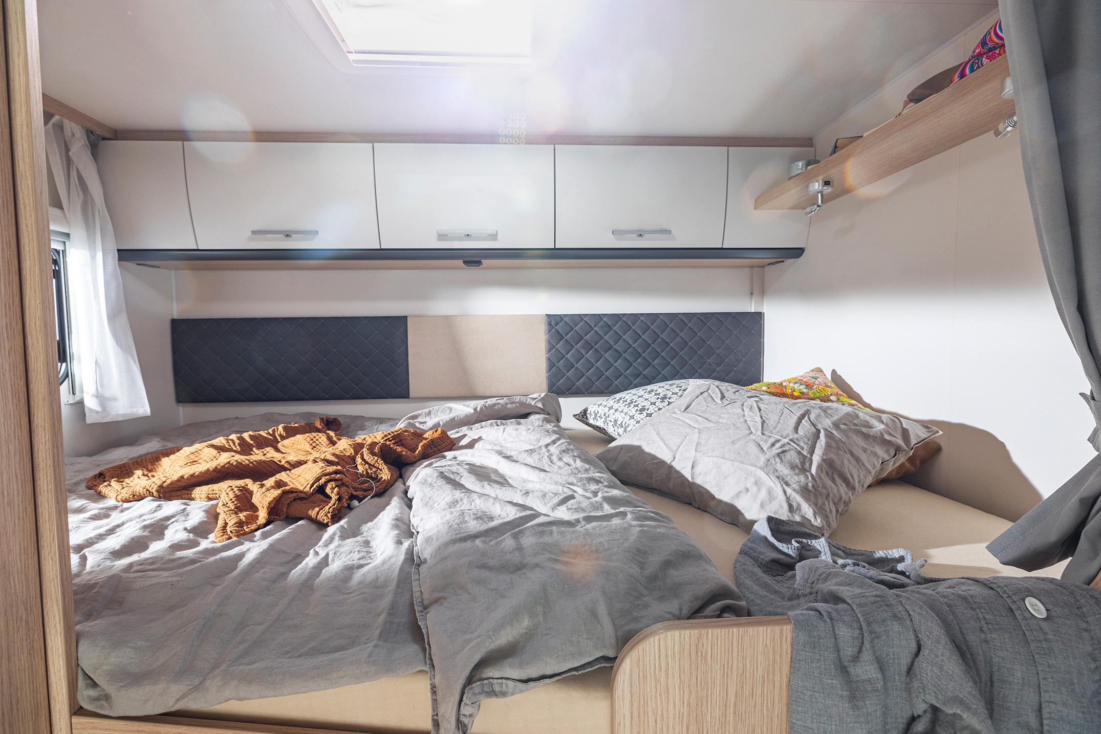 McRent Family Standard seng foran, som senkes ned fra loftet